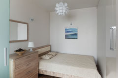 Slaapkamerbinnenland in kleine moderne flat in Skandinavische stijl royalty-vrije stock afbeeldingen