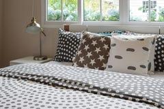 Slaapkamerbinnenland met stiphoofdkussens op bed en decorum Stock Afbeelding