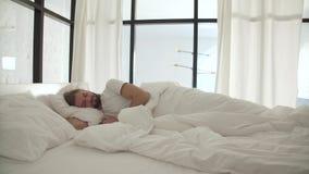 Slaapmens in Bed met Witte Linens bij Lichte Slaapkamer stock footage
