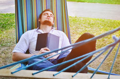 Slaapmens in de hangmat Royalty-vrije Stock Afbeelding