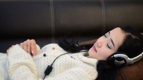 Slaapschot van de Aziatische muziek van de de lijstliefde van de vrouwentiener stock footage