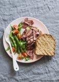 Slabonen en geroosterd lapje vlees op de sandwich van het toostlapje vlees en slabonen - gezonde snack op een grijze achtergrond royalty-vrije stock afbeelding