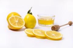 Slace del limone maturo fresco e di Honey Dipper di legno su fondo bianco Honey Horizontal fotografia stock libera da diritti