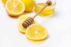 Slace del limone maturo fresco e di Honey Dipper di legno su fondo bianco Honey Horizontal immagine stock libera da diritti