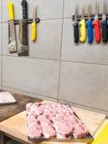 Slachterij met vlees en messen Stock Foto's