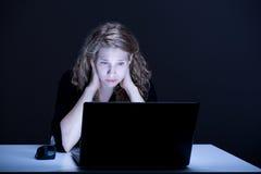 Slachtoffer van online geweld royalty-vrije stock afbeeldingen