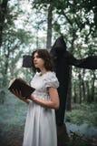 Slachtoffer in vodden en dood in het bos, exorcisme royalty-vrije stock foto's