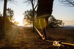 Slackline in der Hintergrundbeleuchtung Lizenzfreies Stockfoto