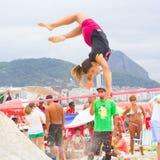 Slackline sur la plage de Copacabana, Rio de Janeiro image libre de droits