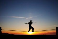 Slackliner στο ηλιοβασίλεμα Στοκ εικόνες με δικαίωμα ελεύθερης χρήσης