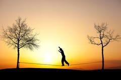 Slackliner i solnedgång arkivfoto