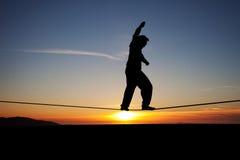 Slackliner nel tramonto Fotografie Stock Libere da Diritti