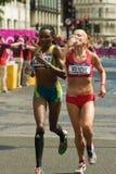 Sladana Perunovic +露西娅Kimani-奥林匹克马拉松 免版税库存照片