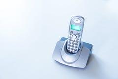 Sladdlös telefon på en tabell Royaltyfri Fotografi