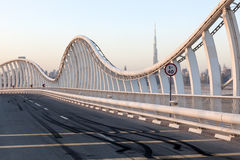 Sladdningfläckar på den Meydan bron i Dubai Arkivbild