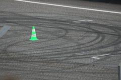 Sladdningfläckar på en grov asfaltbeläggning för loppspår Arkivbild