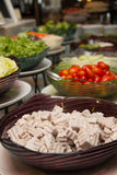 Slads en una barra de la comida fría en un restaurante del hotel de lujo Imagenes de archivo