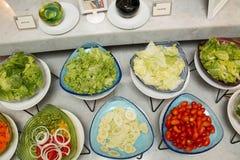 Slads en una barra de la comida fría en un restaurante del hotel de lujo Foto de archivo libre de regalías