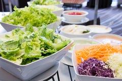 Slads en una barra de la comida fría en un restaurante del hotel de lujo Fotografía de archivo libre de regalías
