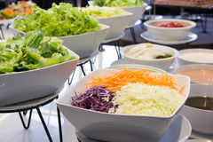 Slads en una barra de la comida fría en un restaurante del hotel de lujo Fotos de archivo