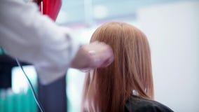 Slag-droog haar De mannelijke handkapper maakt haar het stileren door hairdryer stock video