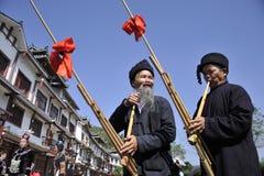 Slag Lusheng, Miao nationaliteitsmensen Stock Afbeeldingen