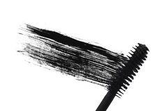 Slag (steekproef) van zwarte mascara, die op witte macro wordt geïsoleerd? Stock Afbeelding