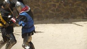 Slag van twee ridders in de arena stock videobeelden