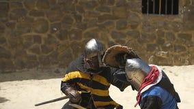 Slag van twee ridders in de arena stock footage