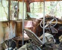 Slagen sönder upp gammal skolbuss Arkivbild