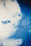 Slagen van blauwe die verf door een vinger worden gemaakt royalty-vrije stock fotografie