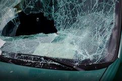 Slagen vindruta av den skeppsbrutna bilen Arkivfoto