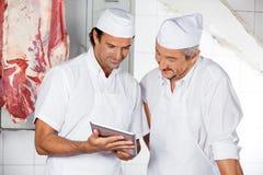 Slagers die Digitale Tablet in Slachterij gebruiken royalty-vrije stock afbeelding