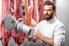 Slagers scherp varkensvlees bij de productie Royalty-vrije Stock Foto