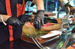 Slagers snijdende Ham Stock Fotografie