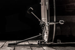 slaginstrument, bastrommel met pedaal op houten raad met een zwarte achtergrond Stock Foto