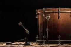 slaginstrument, bastrommel met pedaal op houten raad met een zwarte achtergrond Royalty-vrije Stock Fotografie