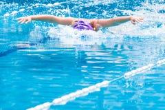 Slaglängd för fjäril för pojkesimmaresimning i ett trevligt klart simma p Arkivbild