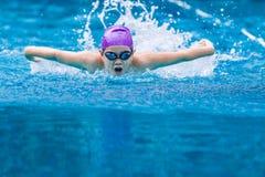 Slaglängd för fjäril för pojkesimmaresimning i ett trevligt klart simma p Royaltyfri Bild