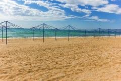 Slags solskydd på den sandiga stranden Royaltyfri Foto