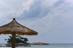 Slags solskydd på en strandframdel royaltyfri foto