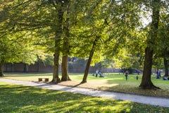 Slags tvåsittssoffa och gräsplanen parkerar i Tyskland nära historiska ställen bostonian Det perfekta stället för går på smala va arkivfoton