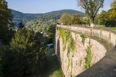Slags tvåsittssoffa och gräsplanen parkerar i Tyskland nära historiska ställen bostonian Det perfekta stället för går på smala va royaltyfri fotografi
