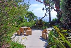 Slags tvåsittssoffa parkerar med modiga tabeller på trälilla viken, Laguna Beach, CA Royaltyfri Fotografi