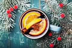 Slags tvåsittssoffaskottet av jul funderade vin eller gluhwein med kryddor och apelsinskivor på bästa sikt för krickatabell Tradi royaltyfri bild