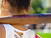 Slagträ för baseball för flicka för begreppsvåldungdom hållande Royaltyfri Foto