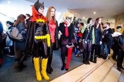 Slagträflicka- och Harley Quinn cosplayers Arkivfoto