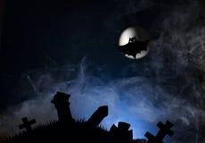 Slagträn mot bakgrunden av månen, halloween Royaltyfri Bild