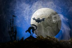 Slagträn mot bakgrunden av månen, halloween Fotografering för Bildbyråer