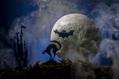 Slagträn mot bakgrunden av månen, halloween Royaltyfria Foton